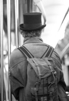 גבו של אדם חבוש מגבעת ותרמיל