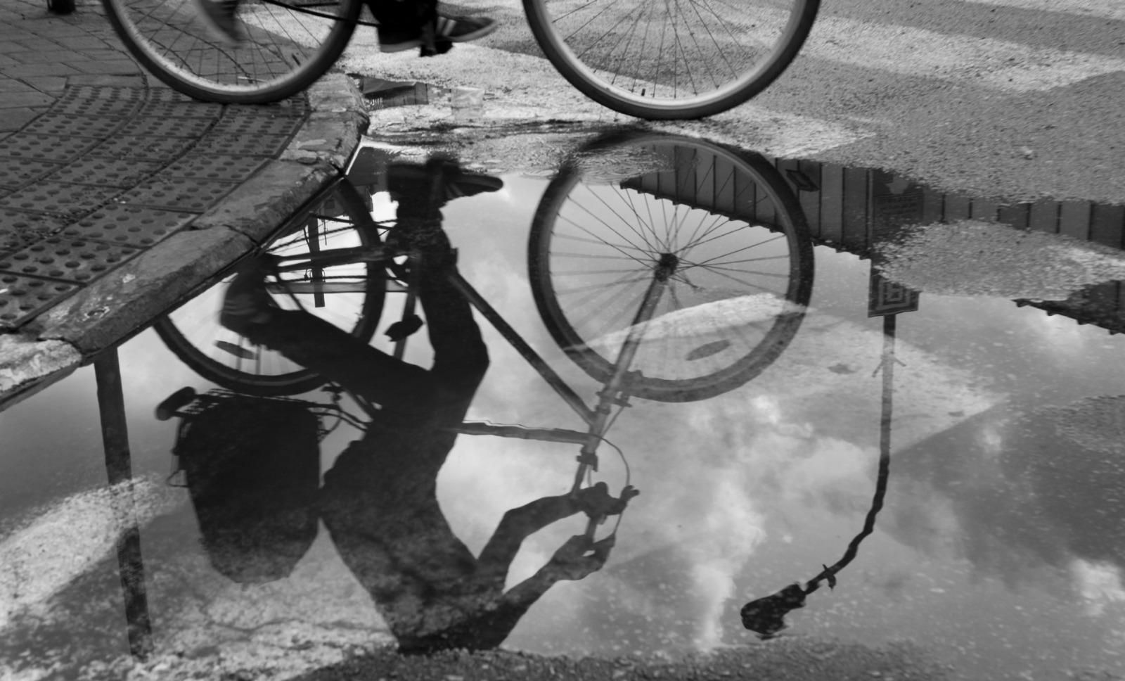 השתקפות של אופניים בשלולית