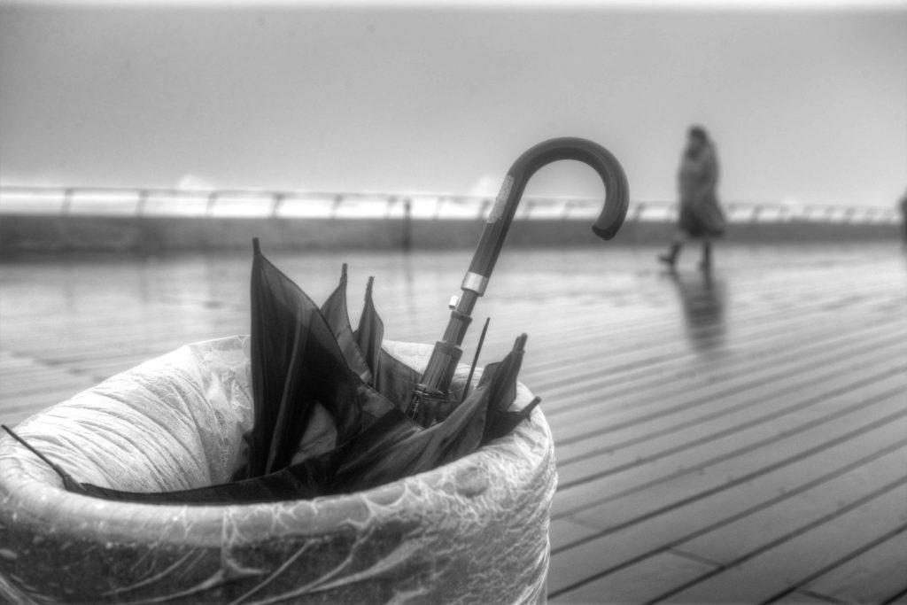 מטריה בפח אשפה
