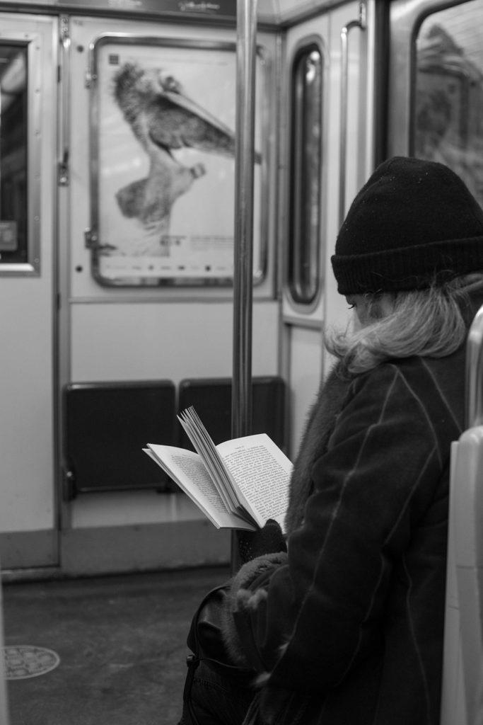 אדם קורא ספר בתחתית