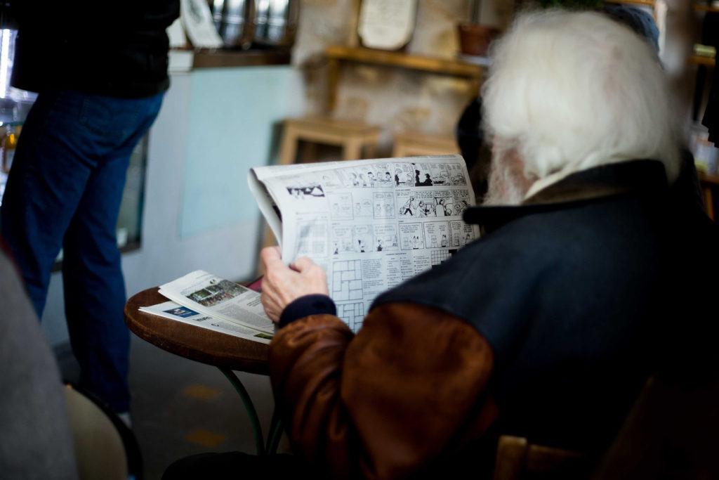 איש זקן קורא עיתון
