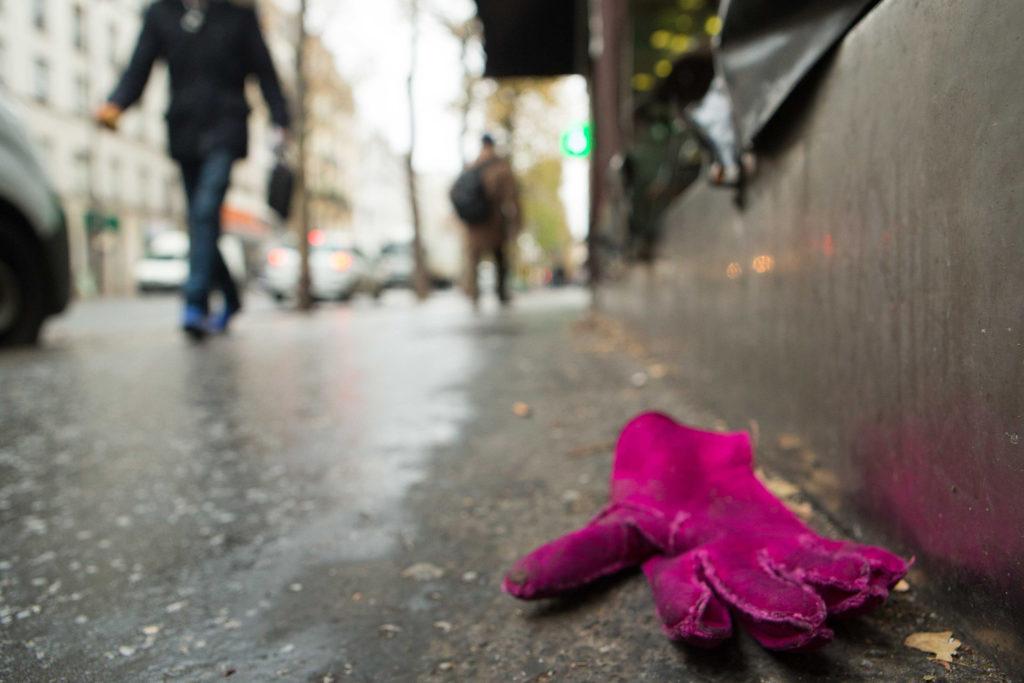 כפפה סגולה זרוקה ברחוב