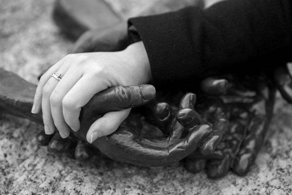 יד אוחזת ביד של פסל