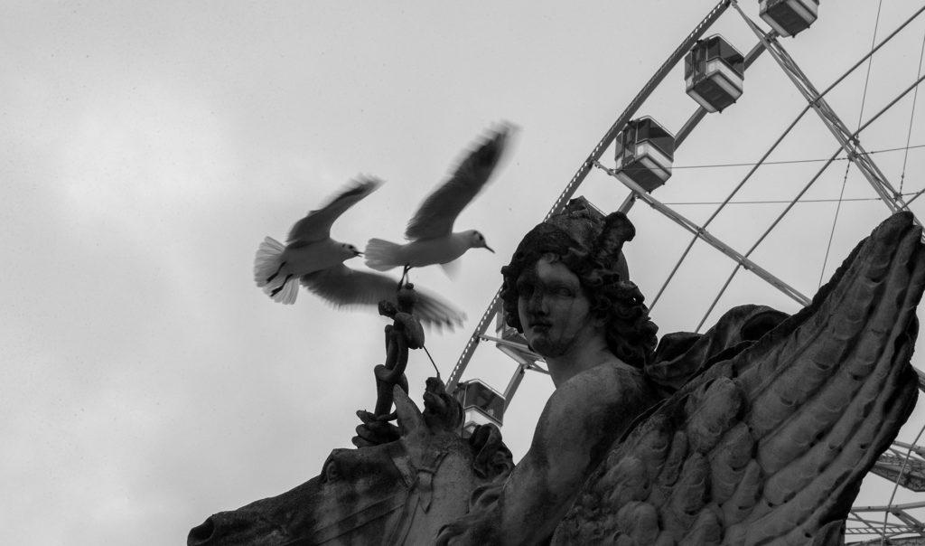 פסל של מלאך וגלגל ענק