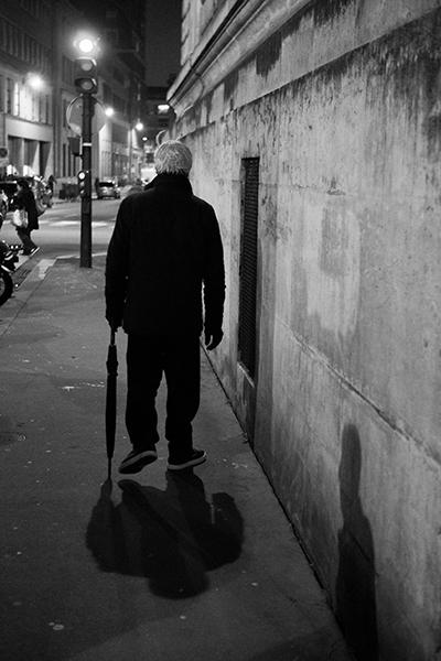 אדם הולך ברחוב בלילה