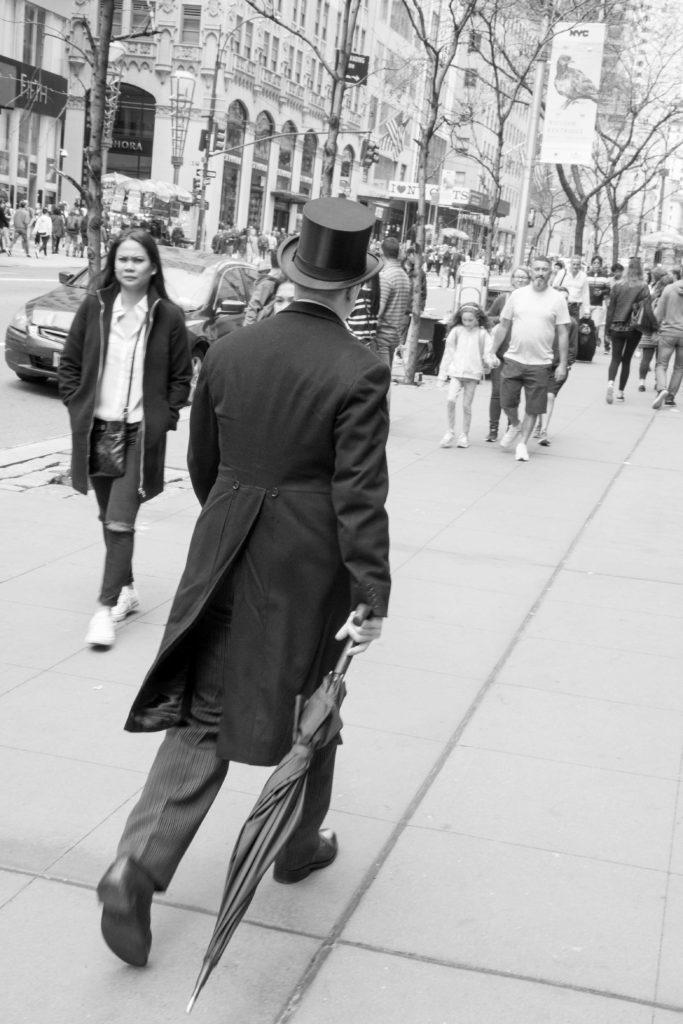 איש עם כובע צלינדר ומטריה