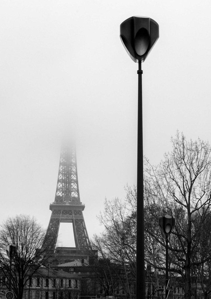 פנס רחוב על רקע מגדל אייפל בערפל