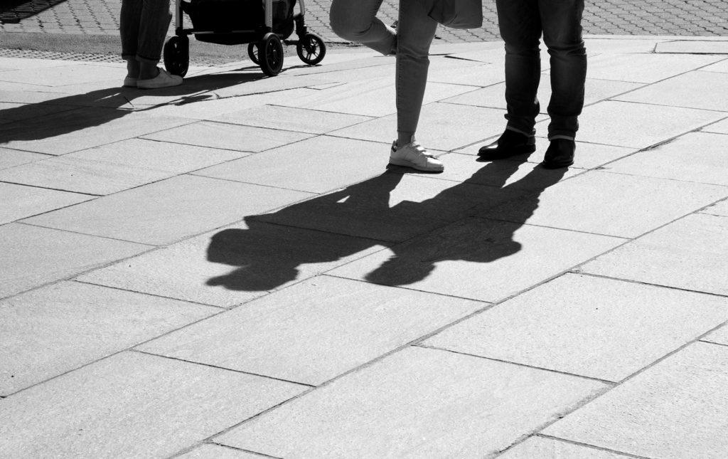 צל של זוג על המדרכה