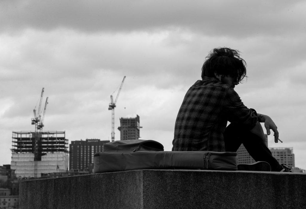 אדם יושב ברחוב